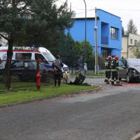Zderzenie dwóch samochodów, audi wjechało w płot